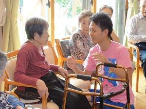 認知症の方が周りを笑顔にする時代!笑いヨガを高齢者施設に導入する魅力と可能性